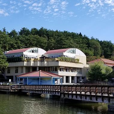 施設外観と湖畔